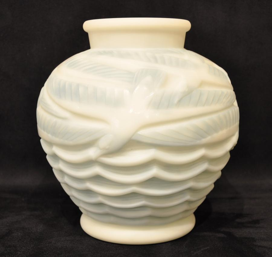 Pierre d'Avesn Gull Vase White Opalin Art Deco 1930, More Informations...