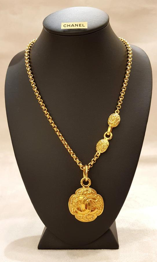 CHANEL NECKLACE IN GOLD-PLATED METAL, More Informations...