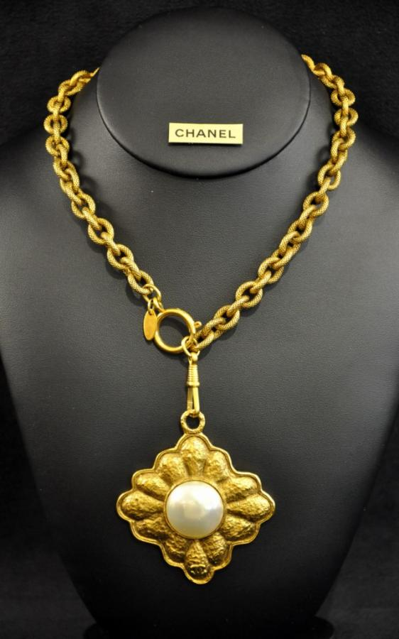 CHANEL SAUTOIR MEDAILLON , More Informations...